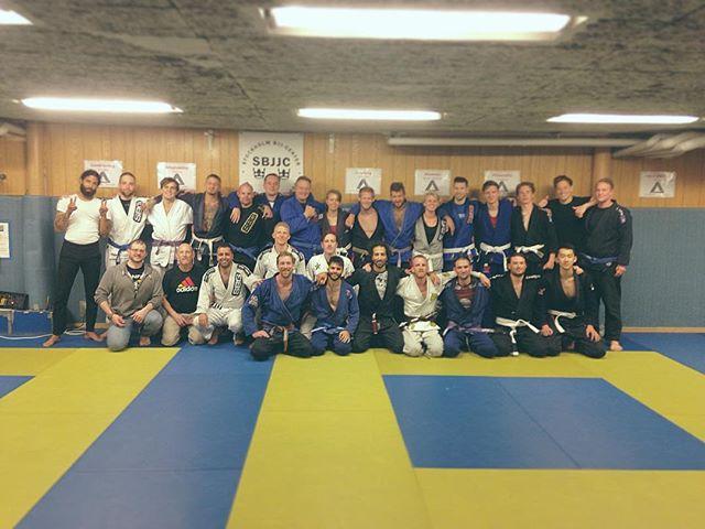 Gradering! SBJJC är ett brunbälte, lilabälte, och blåbälte rikare. Grattis @alexanderhoogthomsen , Mehmet och Christofer! #stockholmbjjcenter #bjjstockholm #straightblastgym #brownbelt #purplebelt #bluebelt